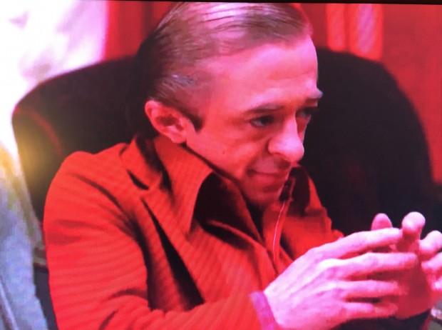 """The Man from Another Place (interpretado pelo ator Michael J. Anderson) aparece em sua tradicional dança no teaser de """"Twin Peaks"""" (Foto: Reprodução)"""