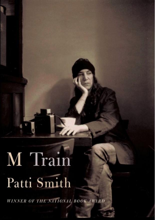 """A capa de """"M Train"""" traz foto de Patti Smith sentada em sua cafeteria preferida de Nova York, a 'ino, que fechou em 2013. (Foto: Reprodução)"""