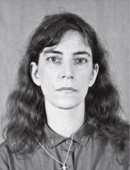 Foto que Patti Smith tirou para obter um visto de viagem para o Brasil. (Foto: Reprodução)