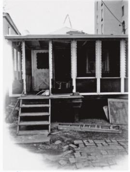 O bangalô da roqueira no bairro do Queens, em Nova York, resistiu ao furacão Sandy, em 2012. (Foto: Reprodução)