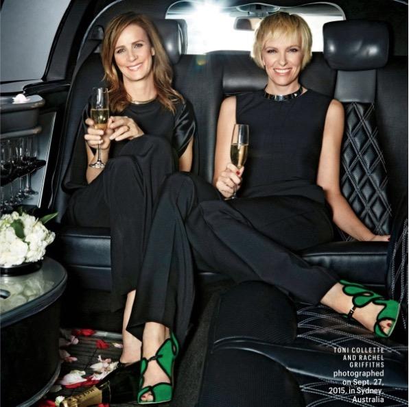 """A carreira internacional das atrizes australianas Rachel Griffths e Toniu Collette foi lançada com a comédia """"A Casamento de Muriel"""". (Foto: Reprodução)"""