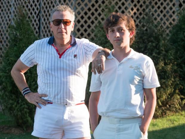 """Em """"Red Oaks"""", Paul Reiser interpreta um tipo de Wall Street que tem aulas de tênis com o protagonista David, interpretado por Craig Roberts. O programa do Amazon.com é sobre as experiências de um universitário judeu durante o verão de 1985. (Foto: Divulgação)"""