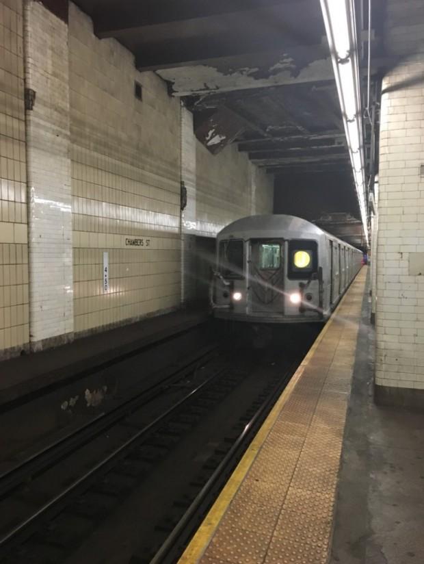 Um trem R32, em atividade desde 1964, chegando numa estação de Manhattan. (Foto: Marcelo Bernardes)