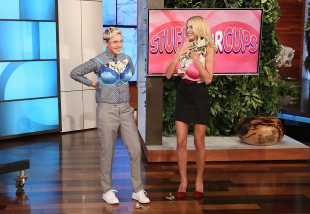 """Ellen e Heidi depois de participar do game """"Recheie seu sutiã"""" (FotoL: Michael Rozman/Warner Bros)"""