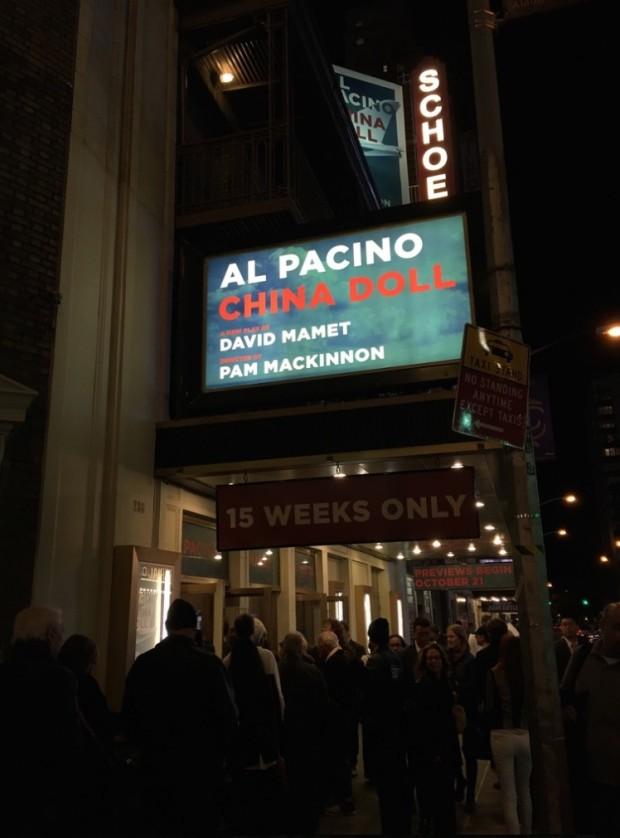 Movimentação na porta do teatro Gerald Schoenfeld, na rua 45, onde Al Pacino, em casa cheia todas as noites, protagoniza nova peça de David Mamet. (Foto: Marcelo Bernardes)
