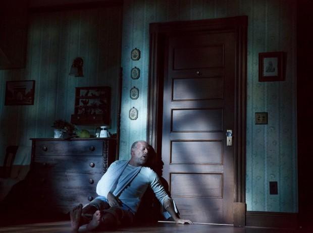 """Bruce Willis perto de fazer sua primeira escapada para fora do quarto em que é confinado em """"Misery"""". (Foto: Joan Marcus)"""