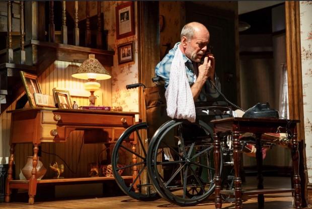 Cenários da peça são rotátorios, enquanto Bruce Willis se descola pela casa. (Foto: Joan Marcus)