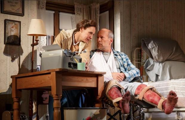 "Laurie Metcalf e Bruce Willis em cena da peça ""Misery"", em cartaz na Broadway. (Foto: Joan Marcus)"