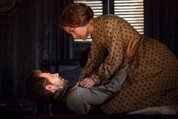 Keira e o ator Matt Ryan têm algumas cenas de sexo na peça, uma suspensa em pleno ar. (Foto: Joan Marcus)