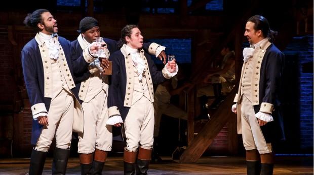 """Lin-Manuel Miranda, direita, e o elenco de """"Hamilton"""". (Foto: Divulgação)"""