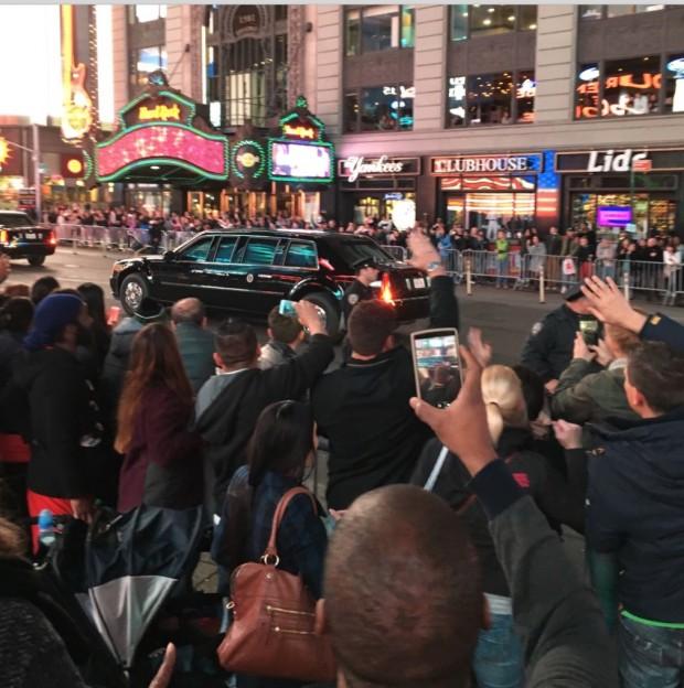"""Centenas de pessoas que estavam na região do Times Square hoje a noite conseguiram tirar foto da limousine que levava o presidente Barack Obama para o aeroporto, após apresentação do musical """"Hamilton"""". (Foto: Marcelo Bernardes)"""