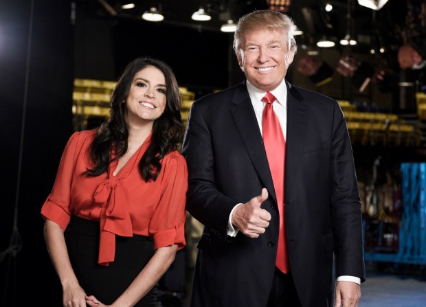 "A comediante Cecily Strong e o candidato Donald Trump em foto promocional do novo episódio do ""Saturday Night Live"", que vai ao ar dia 7. (Foto: Dana Edelson/NBC)"