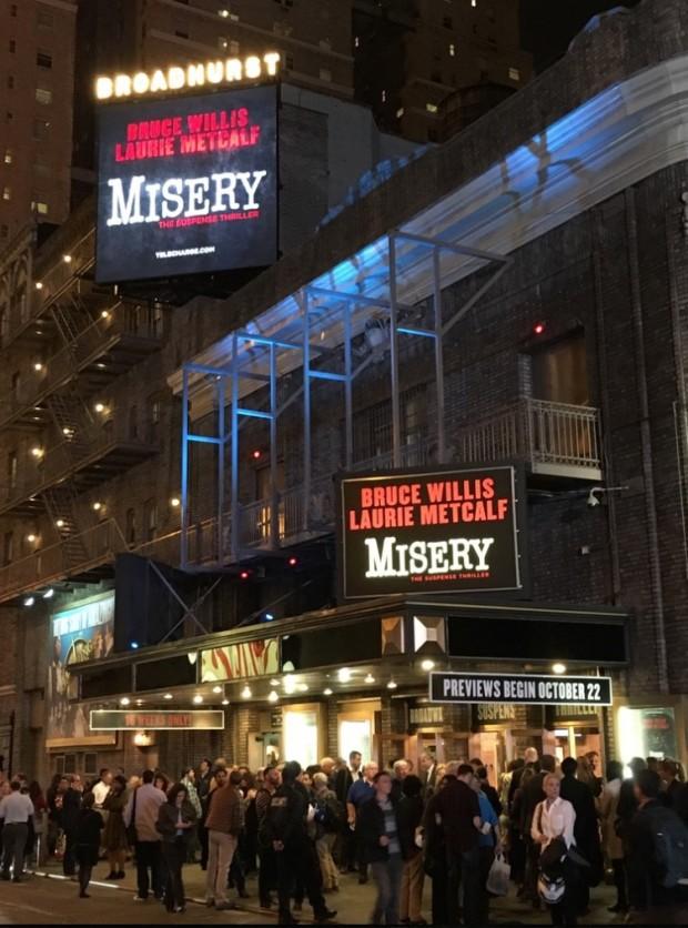 """Movimentação na frente do teatro onde a peça """"Misery"""" está sendo apresentada em pré-estreias. (Foto: Marcelo Bernardes)"""