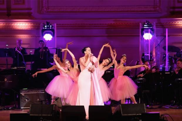 """Katy Perry foi aplaudida de pé, após interpretar """"Firework"""" acompanhada de quatro bailarinas. (Foto: Getty Images para Fundação David Lynch)"""