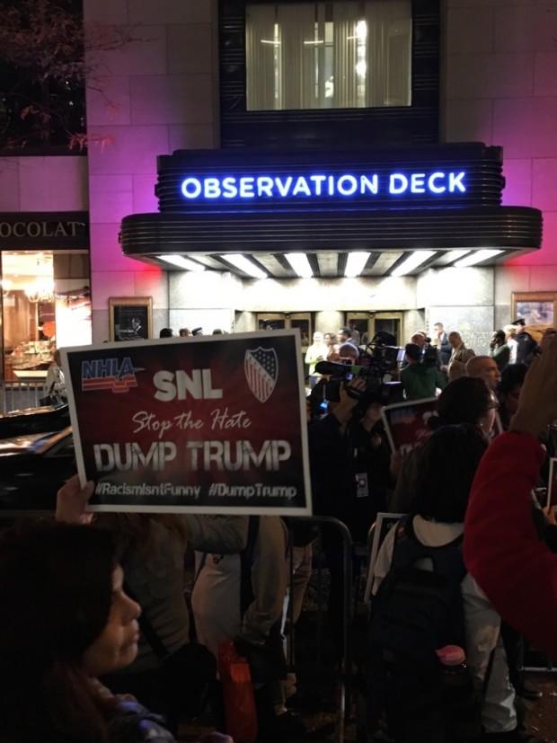 Manifestantes na frente do prédio da rede NBC, no centro de Nova York. (Foto: Marcelo Bernardes)