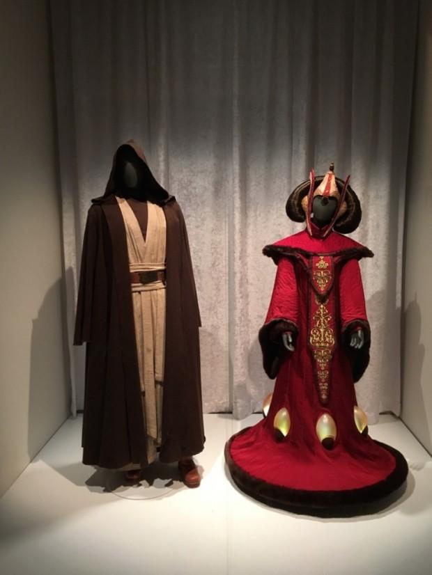 """Os figurinos dos personagens Obi-Wan Kenobi e Rainha Amidala da cinessérie """"Star Wars"""". Para acender os objetos em forma de gotas d'água gigantes do vestido, a atriz Natalie Portman teve que andar com uma bateria de carro no meio das pernas. (Foto: Marcelo Bernardes)"""