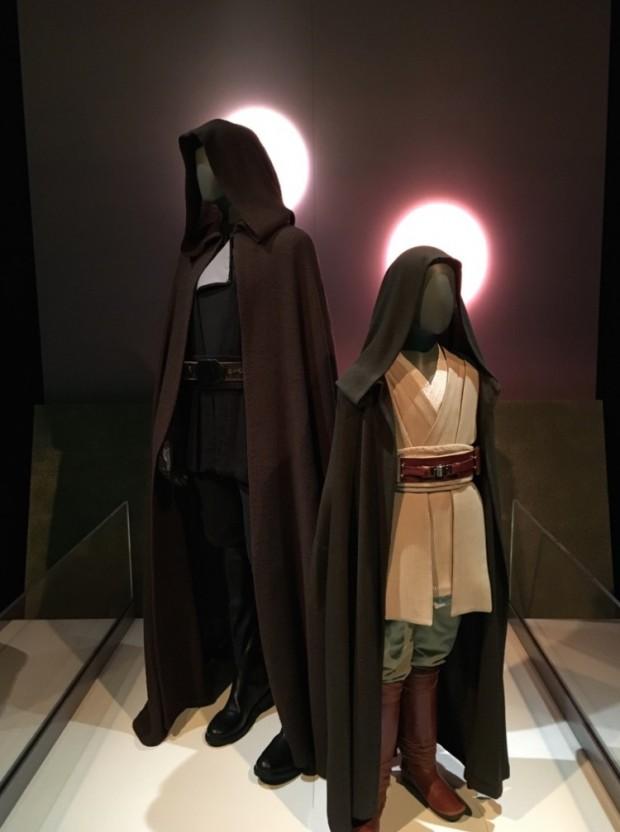 Tal pai, tal filho. A roupa mirim de jedi pertence a Annakin Skywalker (Jake Lloyd) e a adulta, ao filho dele, Luke (Mark Hamill). (Foto: Marcelo Bernardes)