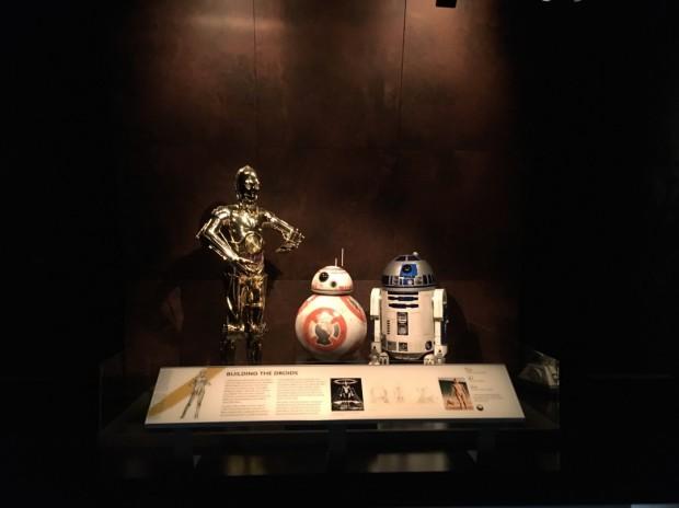 Os robôs C-3PO, R2-D2 e o novo BB-8 também fazem parte do figurino. (Foto: Marcelo Bernardes)
