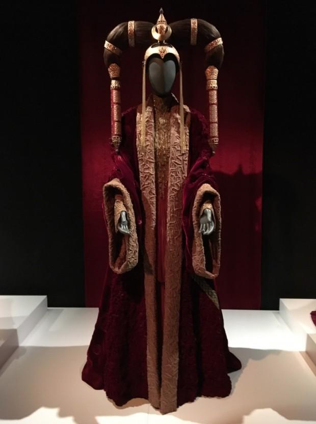 Figurino usado por Amidala (Natalie Portman) no Senado Galáctico é um robe de veludo decorado com organza metálica. Na cabeça, um arranjo inspirado em princesas mongóis. (Foto: Marcelo Bernardes)