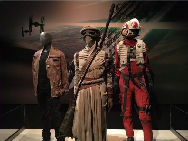 Figurinos dos novos personagens Finn, Ray e de um piloto da Resistência X-Wing, pelotão pelo qual Luke Skywalker lutou. (Foto: Marcelo Bernardes)