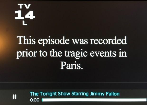 """Rede NBC, que exibe o programa """"The Tonight Show"""", apresentado pelo comediante Jimmy Fallon, colocou essa mensagem antes do talk show de ontem ser apresentado. (Foto: Reprodução)"""