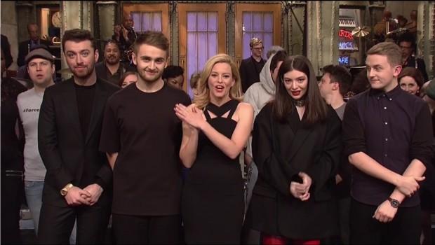 """""""Deus Abençoe Paris"""", disse a atriz Elizabeth Banks no final da apresentação do """"SNL"""", ao lado de Sam Smith, Lorde e o irmãos Howard e Guy Laurence, do duo de música eletrônica Disclosure. (Foto: Reproducão)"""