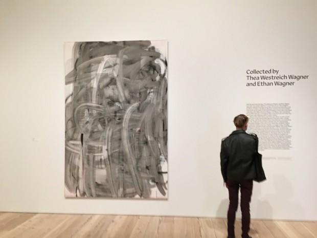 Tela sem título (2002) de Christopher Wool abre a exposição do Whitney. (Foto: Marcelo Bernardes)