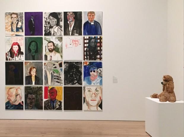 """Os 20 quadros da série """"The Dealers"""", 2007, de artista Reena Spaulings; e o """"Poodle"""", 1991, de Jeff Koons. (Marcelo Bernardes)"""