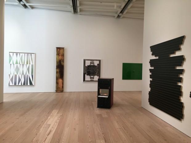 Da esquerda para direita, obras de Blake Rayne, Sam Lewitt (2x), Aaron Flint Jamison (scanner 3-D), Liz Deschenes e Daniel Felcourt. (Foto: Marcelo Bernardes)