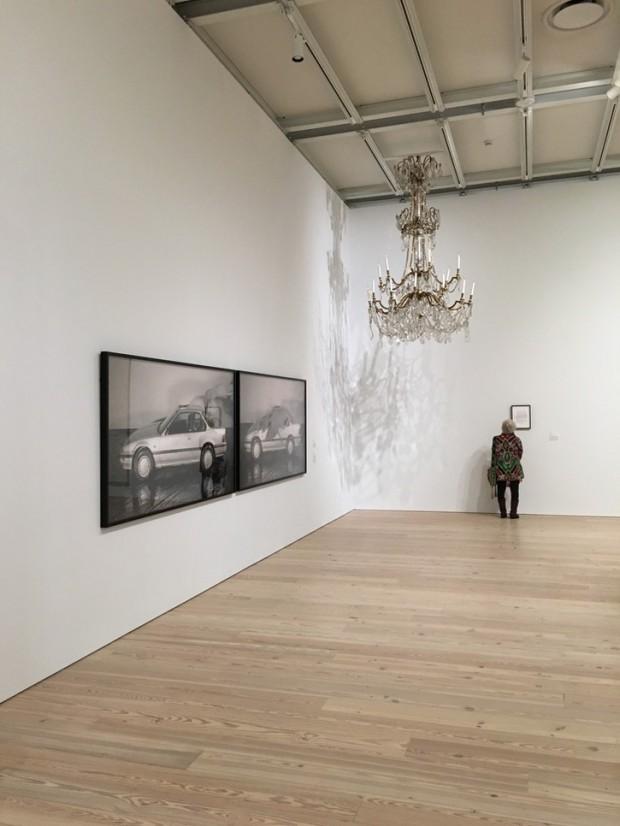 """A série de fotos """"Relax"""", 2004, de Josephine Pryde, e o candelabro """"16:32:15, 26.05"""", 2009, de Dahn Vo, que ficava na sala de jantar do casal Wagner. (Foto: Marcelo Bernardes)"""