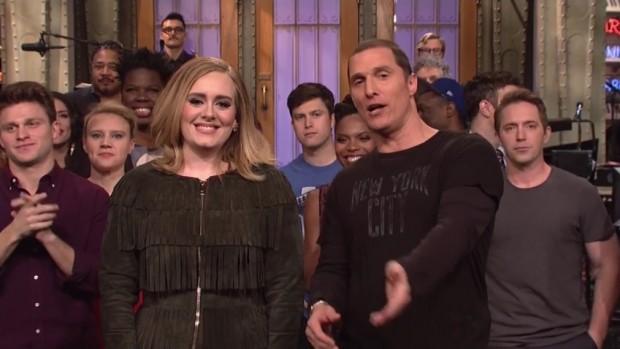 """Adele e Matthew McConaughey, já na madrugada de domingo, despedem do público do """"SNL"""". (Foto: Reprodução)"""
