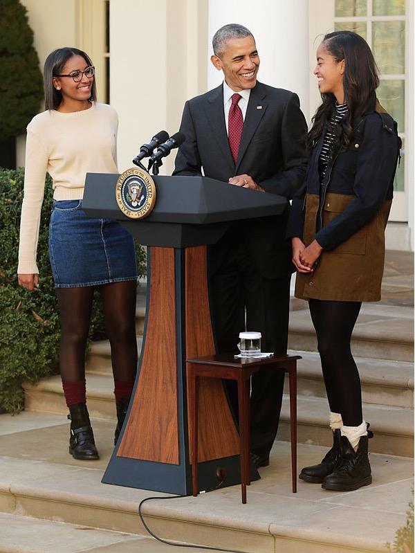 Sasha, 14, e Malia, 17, ajudaram o pai, o presidente Barack Obama, na manhã de hoje, a perdoar dois perus. (Foto: Casa Branca)