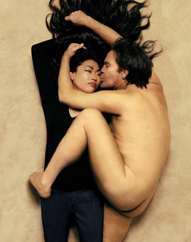 "Malkovich, como John Lennon na foto que Annie Leibovitz fez, em 1980, para a revista ""Rolling Stone""."