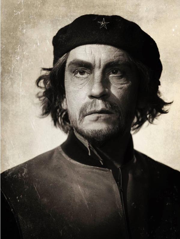 Na exposição do fotógrafo Sandro Miller, Malkovich recria pose de Che Guevara, como na famosa foto do cubano Alberto Korda.