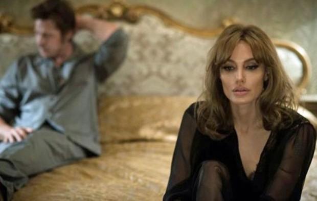 """Angelina Jolie e Brad Pitt (desfocado), em cena de :À Beira Mar"""". (Foto: Divulgação)"""
