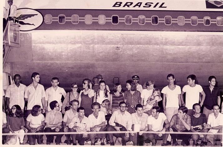 O Grupo dos 70, os presos políticos brasileiros exilados no Chile, e alguns entrevistados por Haskell Wexler e Saul Landau. (Foto: Reprodução)