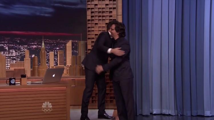 Fallon abraça Moura na entrada do ator no palco do programa. (Foto: Reprodução)