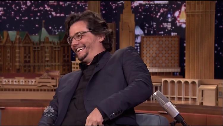 Moura ri com a plateia do programa de uma das piadas de Fallon. (Reprodução)