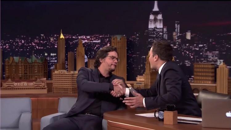 Moura aperta a mão de Fallon ao final da entrevista. O apresentador elogiou várias vezes a atuação do brasileiro em