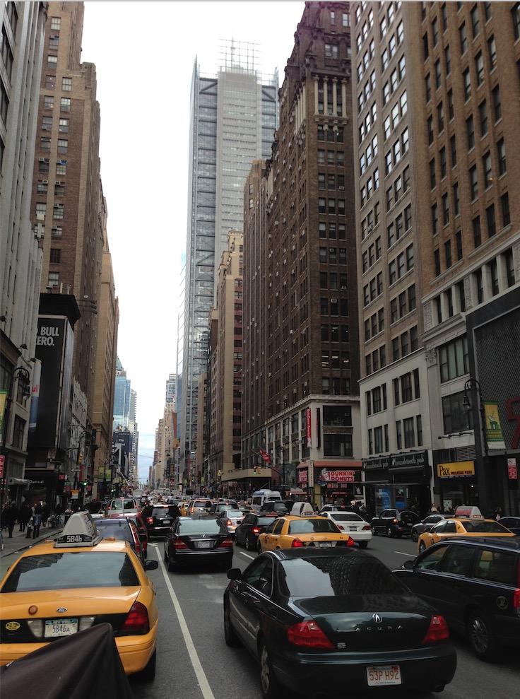 Táxis e carros particulares Uber lado a lado nas ruas de Nova York. (Foto: Marcelo Bernardes)