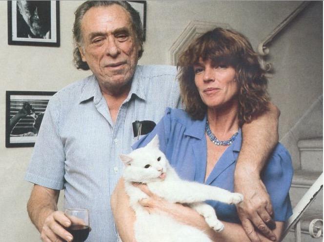 Bukowski e a mulher Linda Lee com o gato Manx. (Foto: Reprodução)
