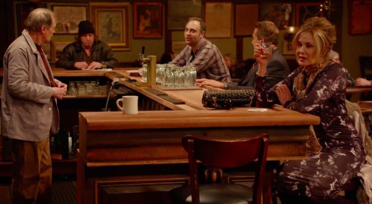 """Steve Buscemi (de pé), Jessica Lange e a cliente do bar """"Horace and Pete's"""". (Foto: Reprodução)"""