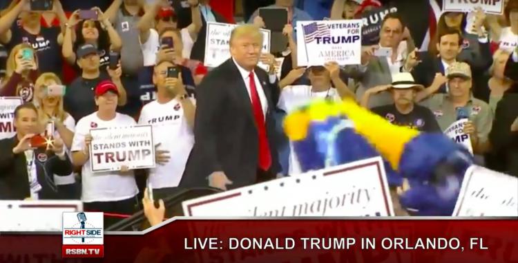 Fã leva bandeira brasileira no comício de Trump na Flórida. (Foto: Reprodução)