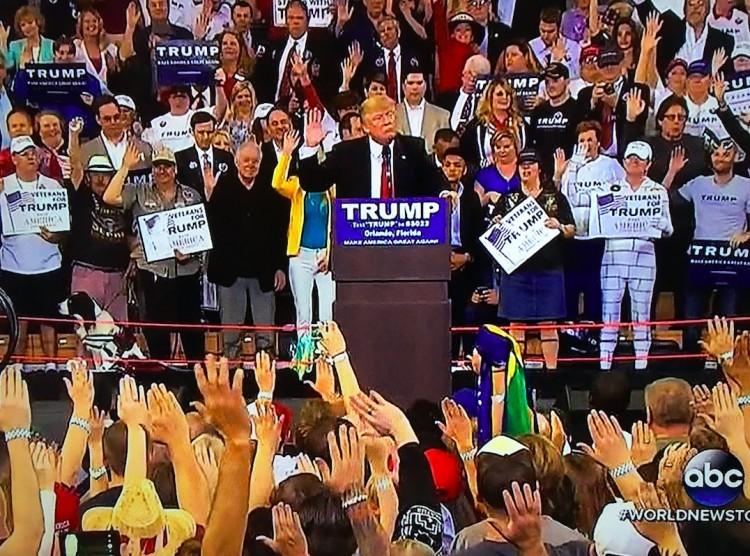 A saudação polêmica durante o comício de Trump. (Foto: Reprodução)