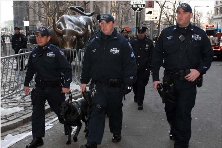 Policiais de NY com um labrador treinado pelo método Vapor Wake. (Foto: Divulgação)
