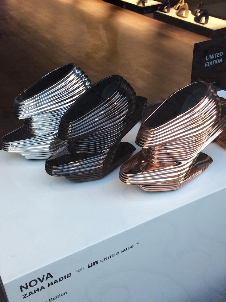 Sapatos futuristas de Zaha Hadid na vitrine de loja do bairro do NoHo, NY. (Foto: Marcelo Bernardes)