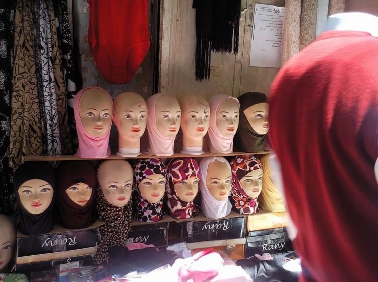 Display de manequins usando o véu islâmico hijab num mercado de Jerusalém. (Foto: Danny-w/MoMA)