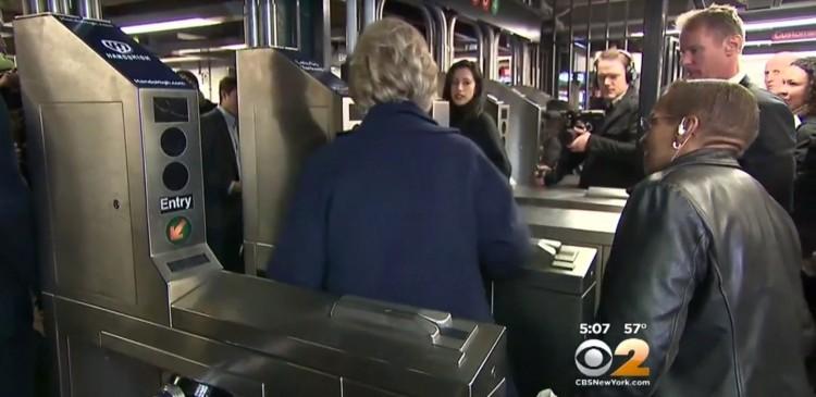 Hillary Clinton, nesta quinta (7), tendo dificuldades de passar o cartão do metrô pela catraca. (Foto: Reprodução)