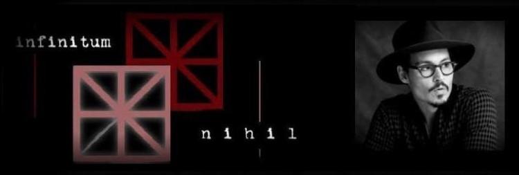Johnny Depp e o logotipo de sua editora, Infinitum Nihil. (Foto: Reprodução)