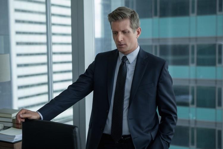 """O ator Paul Sparks, o jornalista de """"House of Games"""", do Netflix, faz o chefe imediato de Christine. (Foto: Starz)"""